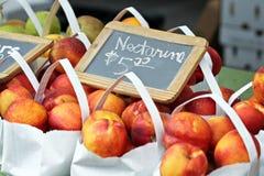Nectarinas para la venta Fotografía de archivo
