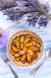 Nectarine tarte met lavendel en honing Stock Foto's