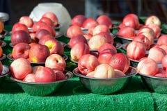 Nectarines dans des cuvettes au marché de fruits et légumes bihebdomadaire Image libre de droits