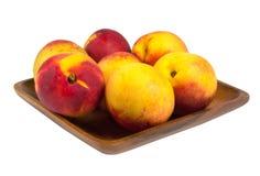 Nectarines dans le plat en bois Image libre de droits