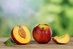Nectarines en été avec le copyspace images stock