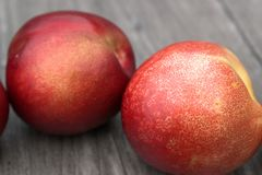 Nectarines sur la table en bois Photo libre de droits