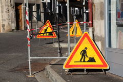 nedanför material till byggnadsställning undertecknar trafikvarning arkivfoton