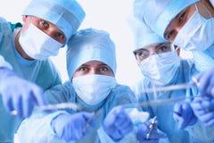 Nedanför sikt av kirurger som rymmer medicinska instrument Royaltyfri Fotografi