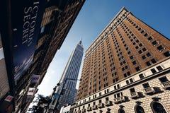 Nedanför sikt på skyskrapor i New York Royaltyfria Bilder