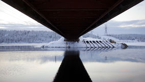 nedanför vinter för sikt för broliggandeväg Royaltyfri Foto