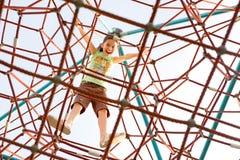 nedde den jätte- flickan för klättringen övre barn Arkivfoto