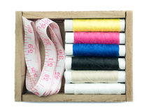 Neddle e hilado en caja en el fondo blanco Foto de archivo libre de regalías