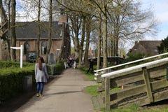 Nederländerna - 13 APRIL: Bevattna byn i Giethoorn, Nederländerna på 13 April 2017 royaltyfri fotografi