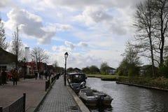 Nederländerna - 13 APRIL: Bevattna byn i Giethoorn, Nederländerna på 13 April 2017 royaltyfria foton