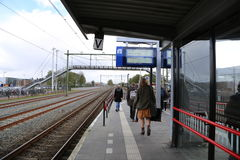 Nederländerna - 13 APRIL: Steenwijk station i Steenwijk, Nederländerna på 13 April 2017 Arkivbilder