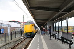 Nederländerna - 13 APRIL: Steenwijk station i Steenwijk, Nederländerna på 13 April 2017 Arkivbild