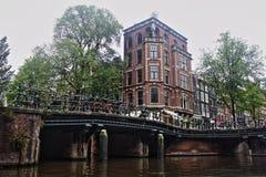 Nederländerna Sikt för Amsterdam cityscapeflodstrand royaltyfria foton