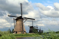 Nederländerna väderkvarnar Kinderdijk Arkivfoto
