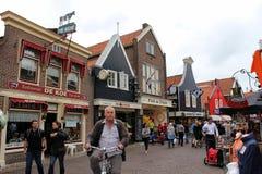 Nederländerna Volendam, shoppar på den huvudsakliga gatan Fotografering för Bildbyråer