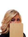 Nederlag för affärskvinna bak en skrivplatta royaltyfria bilder