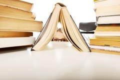 Nederlag för ung kvinna bak en bok arkivbild