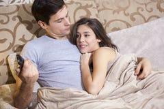Nederlaginnehåll för ung man av textmeddelandet från hans flickvän Arkivfoton