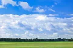 Nederlands agrarisch landschap met dramatische gevormde wolken royalty-vrije stock foto's