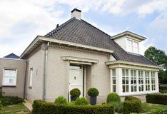 Nederlands huis in de voorsteden Royalty-vrije Stock Afbeeldingen