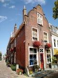 Nederlands huis die de zon onder ogen zien royalty-vrije stock fotografie