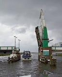 Nederlands kanaal en open ophaalbrug stock afbeelding