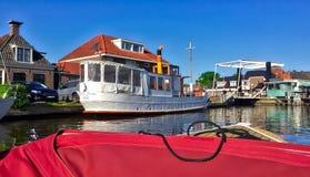 Nederlands landschap met waterkanalen stock afbeelding