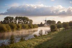 Nederlands Landschap met Windmolen en Rivier royalty-vrije stock foto's