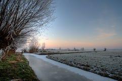 Nederlands landschap met windmolens royalty-vrije stock afbeeldingen