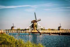Nederlands landschap met windmolens, blauw hemel en water, Kinderdijk, Nederland Royalty-vrije Stock Foto
