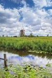Nederlands landschap met windmolens in een gebied en dramatische wolken royalty-vrije stock afbeelding