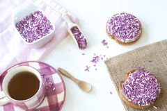 Nederlands ontbijt met beschuit en roze purpere hagel, kop thee, op witte lijst royalty-vrije stock afbeeldingen