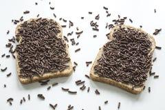 Nederlands ontbijt met brood en chocoladehagel hagelslag op witte lijst stock fotografie