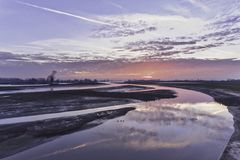 Nederlands rivierlandschap tijdens zonsondergang Royalty-vrije Stock Foto