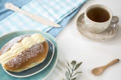 Nederlandse afgeroomde geroepen sandwiches roombroodje of puddingbroodje Met kop thee stock afbeeldingen