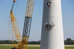 Nederlandse arbeiders bezig met de bouw van een nieuwe windturbine Stock Foto's