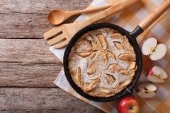 Nederlandse babypannekoek in een pan met appelen horizontale bovenkant v Stock Afbeeldingen