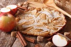 Nederlandse babypannekoek met appel op een document op de lijst horizonta Stock Foto