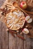 Nederlandse babypannekoek met appel op een document Verticale hoogste mening Royalty-vrije Stock Foto's