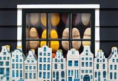 Nederlandse belemmeringen achter een venster en herinnerings de huizen van Amsterdam Stock Foto