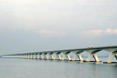Nederlandse brug over Oosterschelde stock afbeeldingen
