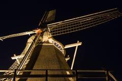Nederlandse die windmolen in dark wordt verlicht Stock Foto
