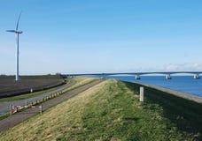 Nederlandse dijkwindmolen en brug Royalty-vrije Stock Afbeeldingen