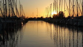 Nederlandse jachthaven bij zonsondergang
