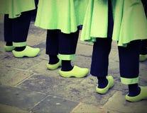 Nederlandse mensen met groene belemmeringen met uitstekend effect stock afbeelding