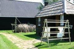 Nederlandse met stro bedekte schuur en drogende wasserij Stock Foto's
