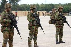 Nederlandse militairen met machinegeweren Stock Afbeelding