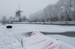 Nederlandse molen in de winter in Zwolle Stock Fotografie