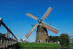 Nederlandse molen op de waterkant Royalty-vrije Stock Fotografie