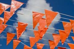 Nederlandse oranje vlaggen die van worden gezien naast stock fotografie